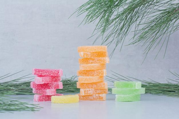 Bonbons aromatisés aux fruits sur fond de marbre.