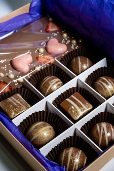 Bonbons artisanaux multicolores joliment décorés avec des garnitures.