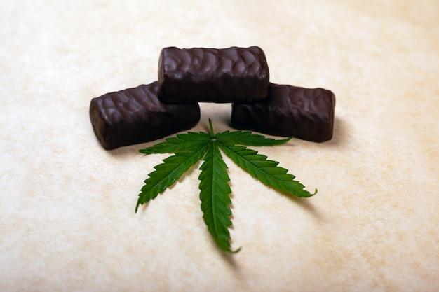 Bonbons au cannabis, bonbons au chocolat avec une feuille de marijuana.