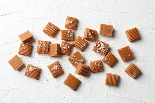 Bonbons au caramel salé sur l'espace de ciment blanc, espace pour le texte
