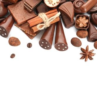 Bonbons au chocolat assortis, isolés sur blanc