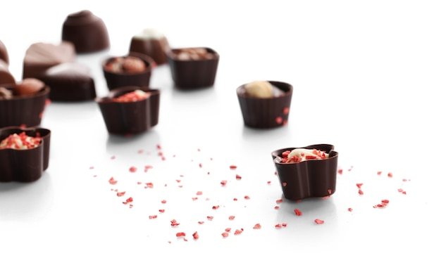 Bonbons au chocolat assortis isolés
