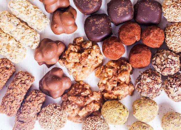 Bonbons au chocolat assortis sur le tableau blanc. bonbons de luxe faits à la main