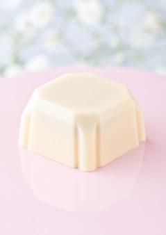 Bonbons au chocolat blanc carré de luxe sur plaque rose