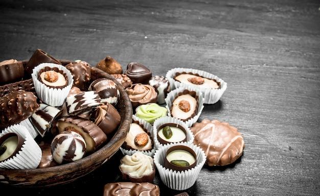 Bonbons au chocolat dans un bol. sur le tableau noir.