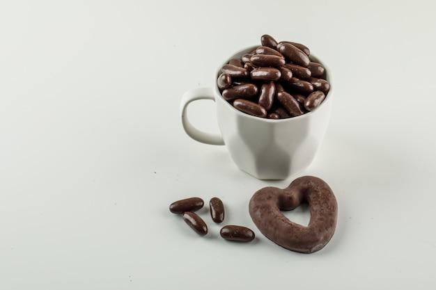 Bonbons au chocolat dans une tasse