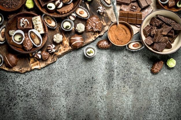 Bonbons au chocolat avec du cacao en poudre. sur un fond rustique.