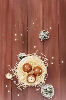 Bonbons au chocolat faits maison avec des paillettes étoiles. dessert sucré festif pour pâques