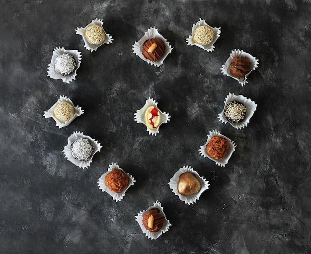 Bonbons au chocolat faits maison pour la saint-valentin dans l'obscurité.