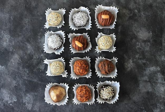 Bonbons au chocolat faits maison pour la saint-valentin dans l'obscurité