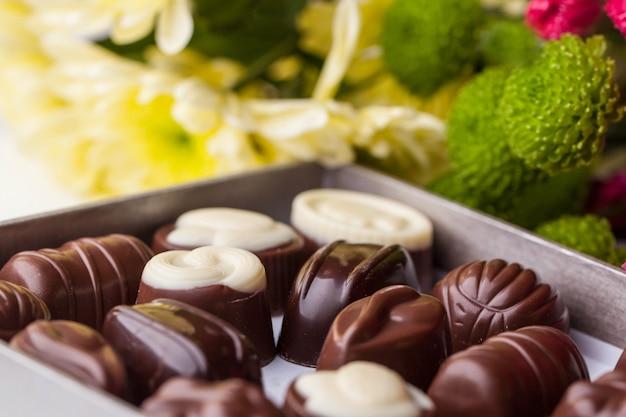 Bonbons au chocolat et fleurs