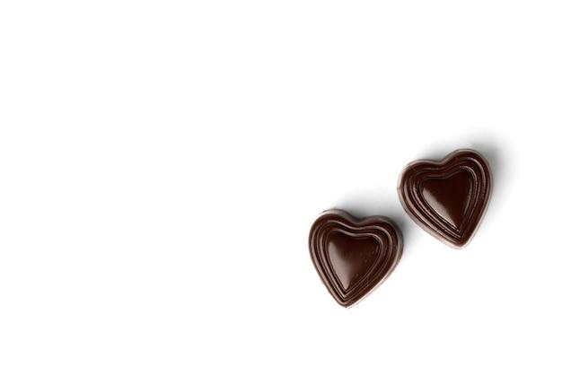 Bonbons au chocolat en forme de coeur isolé sur blanc.