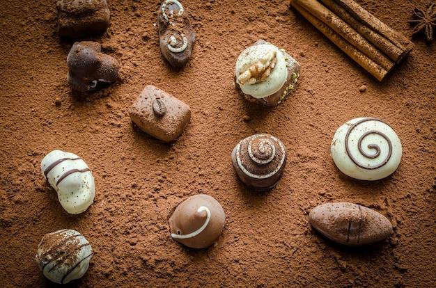 Bonbons au chocolat de luxe avec fond de cacao