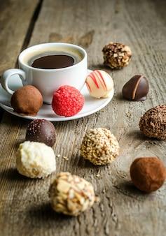 Bonbons au chocolat de luxe et tasse de café