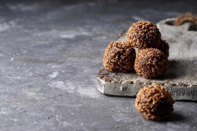 Bonbons au chocolat maison-truffes au chocolat collation savoureuse sur gris