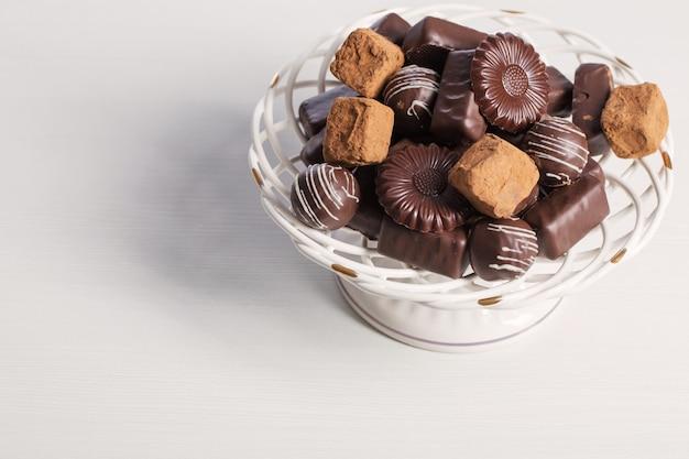 Bonbons au chocolat sur plaque sur tableau blanc