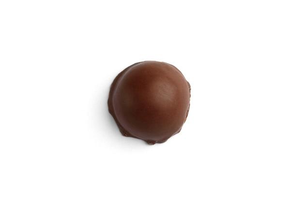 Bonbons au chocolat praliné isolés sur fond blanc vue de dessus