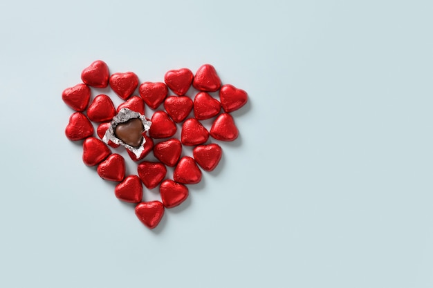 Bonbons au chocolat rouge comme coeur
