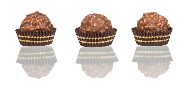 Bonbons au chocolat sous forme de tartelette isolé