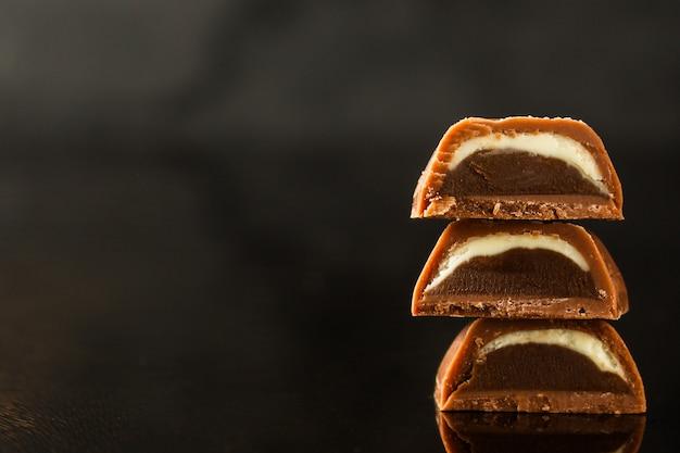 Bonbons au chocolat sur une surface sombre