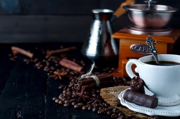 Bonbons au chocolat avec une tasse de café