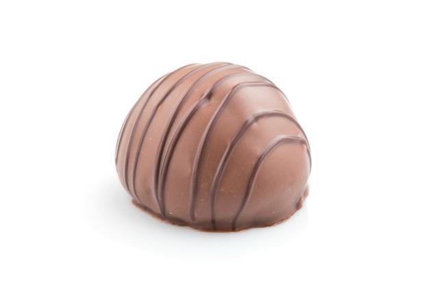Bonbons au chocolat unique isolé sur une surface blanche