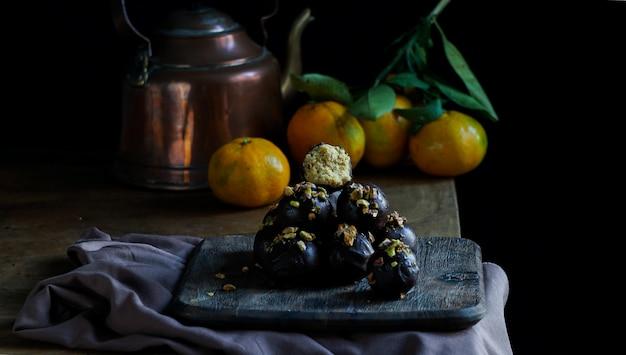 Bonbons au chocolat vegan à la main