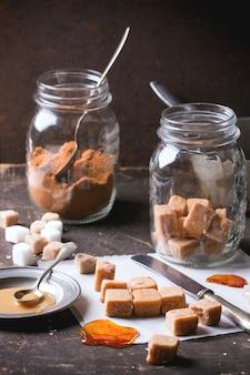 Bonbons au fudge sur nappe et sause au caramel