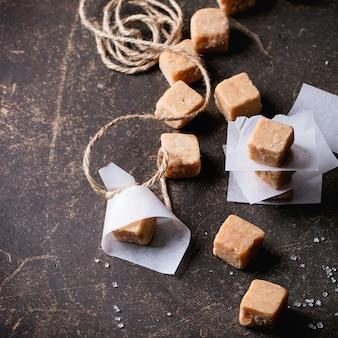 Bonbons au fudge sur nappe