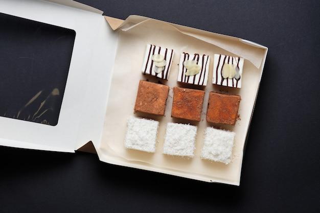 Bonbons au lait soufflé au chocolat, à la noix de coco ou au cacao. les bonbons sont emballés dans une boîte cadeau. dessert bigeonãâƒã'âƒãƒâ'ã'â¢ãƒâƒã'â'ãƒâ'ã'â'ãƒâ'ã'â€ãƒâƒã'â'ã'â'ãƒâ'ã'â™ã'â™ã'â™â ™s lait en cadeau.