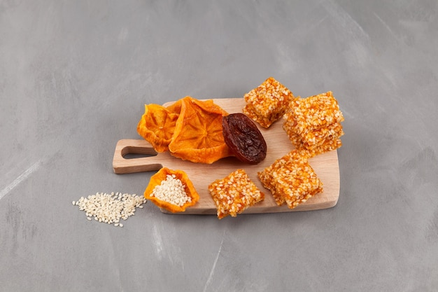 Bonbons à base de fruits secs kakis secs abricots ou pruneaux avec noix ou graines de sésame