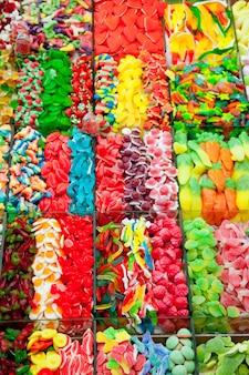 Bonbons bonbons gelée dans un affichage coloré