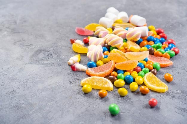 Des bonbons et des bonbons de vacances pour enfants se trouvent sur la table.