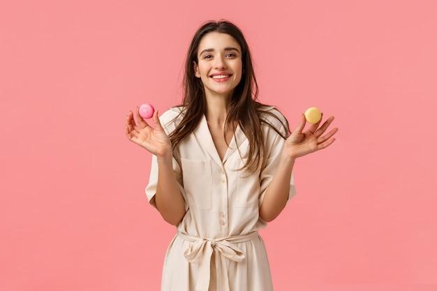 Bonbons, bonheur et concept de femmes. joyeuse et mignonne fille européenne souriant joyeusement
