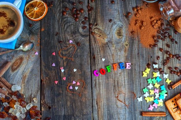 Bonbons et café noir sur une surface en bois grise