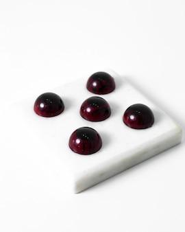 Bonbons choco bourgogne art conçu ensemble savoureux isolé sur le sol blanc