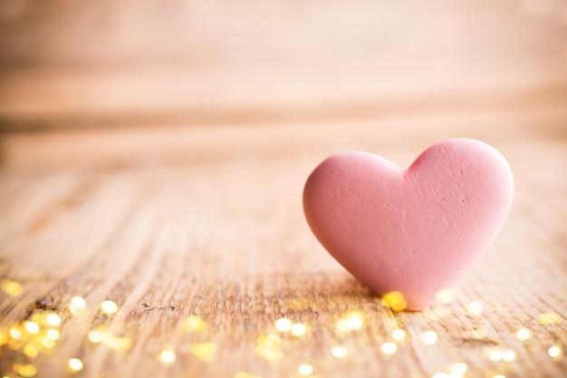 Bonbons de coeur de corail vivant sur un fond en bois. carte de voeux saint valentin.