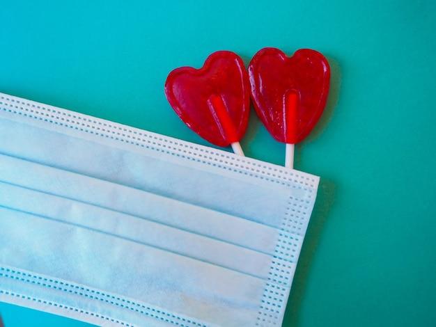 Bonbons de coeur et un masque, covid19 saint valentin