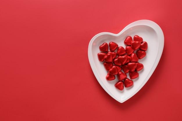 Bonbons coeur rouge, lettre d'amour et cadeau