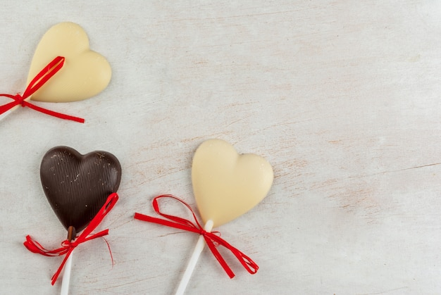 Bonbons coeurs au chocolat sur tableau blanc