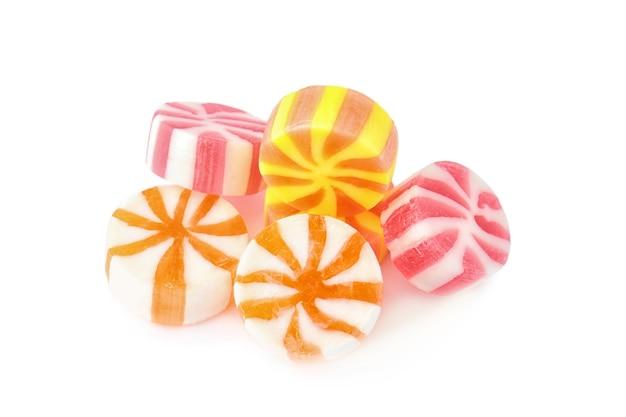Bonbons colorés sur blanc