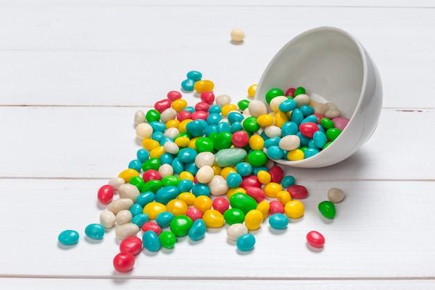 Bonbons colorés sur bois