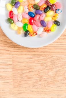 Bonbons colorés dans une assiette blanche