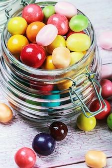 Bonbons colorés dans un bocal