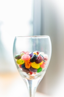 Bonbons colorés dans un verre à vin