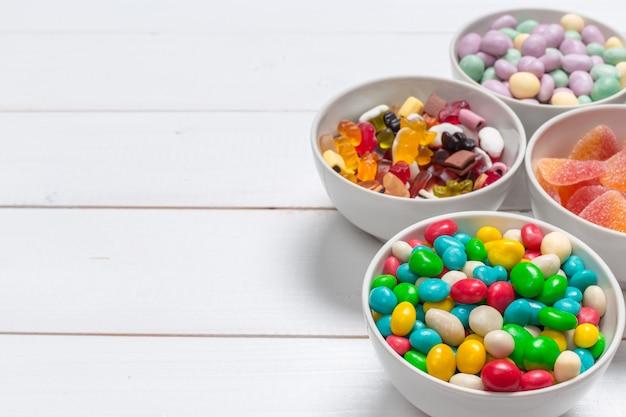 Bonbons colorés sur fond en bois