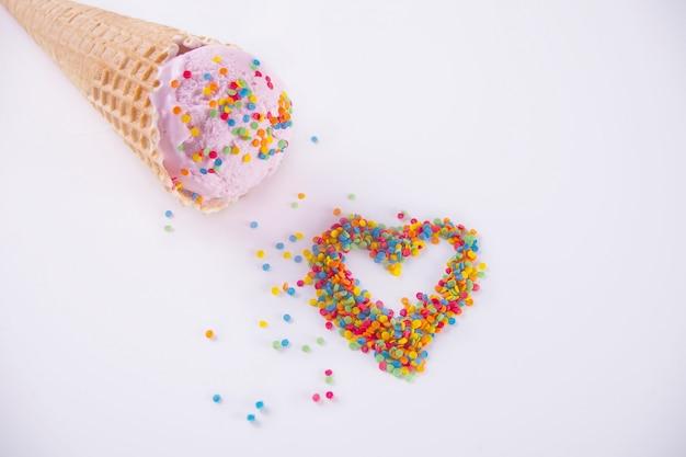 Bonbons colorés en forme de coeur et cornet de crème glacée