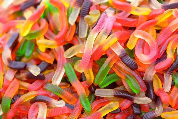 Bonbons colorés en forme de ver, fond doux