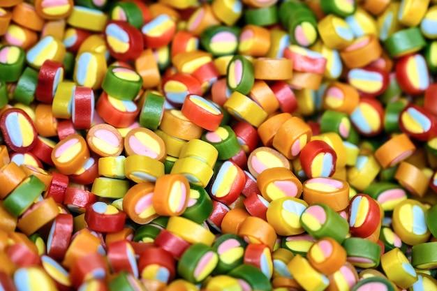 Bonbons colorés, joie des enfants. la composition d'une variété de chocolats en poids dans des plateaux.