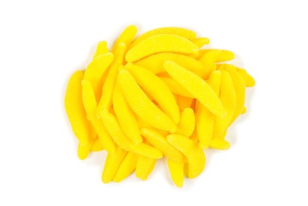Bonbons colorés juteux à la banane gelée isolés sur blanc. bonbons gommeux.